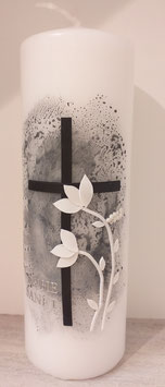 Trauerkerze dunkler Hintergrund und weiße Blumen