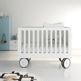Kinderbett mit Rädern und Wickeltisch