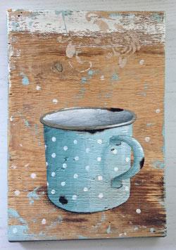 Hellblaue Tasse mit weißen Punkten