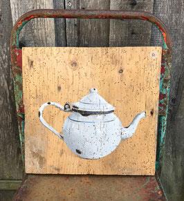 Emaille-Teekanne auf sehr alter Fichte