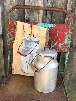 Alte Alu-Milchkanne gemalt auf Holz mit Originalkanne