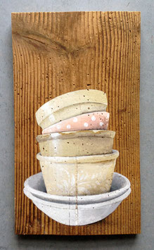 Stapel antiker Keramik gemalt auf uriges Fichtenbrett