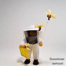 Imker mit Bienenwabe und geknüpften Bienen