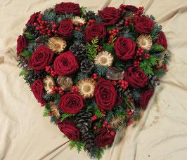 Winterliches Herz mit Roten Rosen