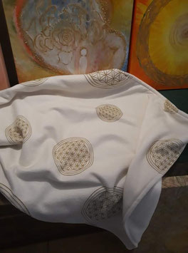 Kuschelige Fleece Decke beduckt mit vielen Lebensblumen