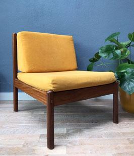 Vintage fauteuil met gele kussens