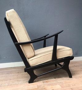 Zwarte fauteuil met witte kussens