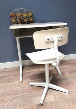 Witte schooltafel en stoel