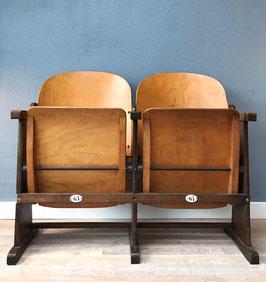 Oude houten bioscoopstoelen