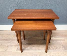 Twee houten tafeltjes