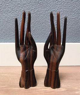 Twee houten handen
