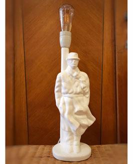 Tafellamp: man met regenjas