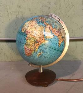Verlichte globe met houten voet