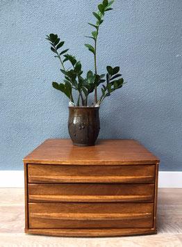 Klein houten ladekastje