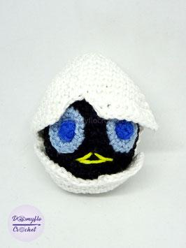 Poussin noir dans sa coquille d'œuf  amigurumi en coton au crochet inspiration Calimero