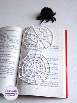 Marque pages toile d'araignée noire en coton au crochet special Halloween