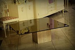 Nádhený konferenčný stolík so sklom na kamennom podstavci