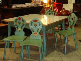Masívný a veľký drevený ľudový stôl