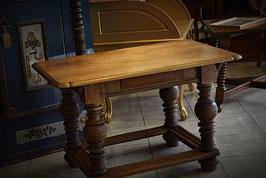 Masívny staručky stôl