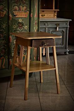 Nádherne zreštaurovaný stolček so šuflíkom