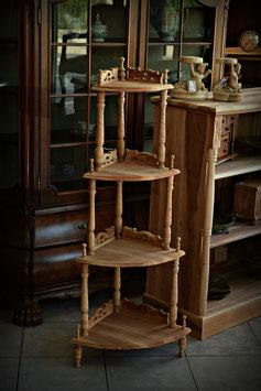 Rohový drevený regál
