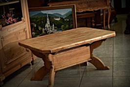 Ručne vyrezávaný masívny stolček