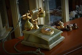 Nádherný nostalgický telefón s mramoru