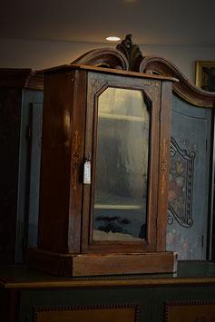 Nádherná starožitná vitrínka