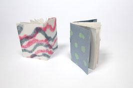 2 Skizzenhefte aus handgeschöpftem Papier, jeweils ca. DIN A6 Hochformat (14,8 x 10,5 cm), mit je 20 Seiten