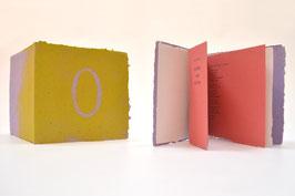 """Heft aus handgeschöpftem Papier mit dem Text """"nichts um nichts"""" von Uwe Warnke"""