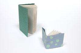 2 Skizzenhefte aus handgeschöpftem Papier, 1 x DIN A5 Hochformat (ca. 21 x 14,8 cm) und einmal ca. 9,5 x 11 cm, mit je 20 Seiten