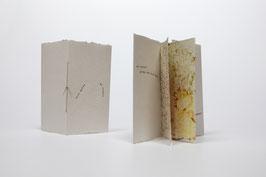 """Heft aus handgeschöpftem Papier mit dem Gedicht """"Es knospt"""" von Hilde Domin"""