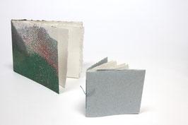 2 Skizzenhefte aus handgeschöpftem Papier, 1 x ca. DIN A5 Querformat (21 x 14,8 cm) und einmal ca. 9,5 x 11 cm, mit je 20 Seiten