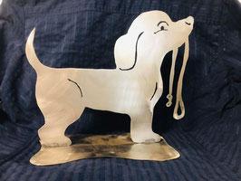 Hund mit Leine stehend (nicht rostig)
