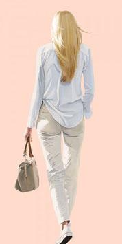 Sabine Liebchen - Blond mit Tasche laufend