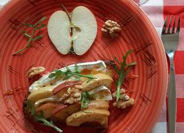 Bruschetta mit Camembert, Apfeln und Walnüssen