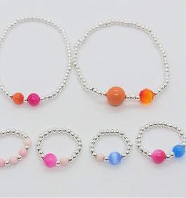 Armband aus silberfarbenden Kugeln mit Edelsteinperlern und oder Swarovski Perlen