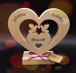 Herz mit Tauben Paar aus Zirbenholz, inkl. Gravur im Herz und am Sockel