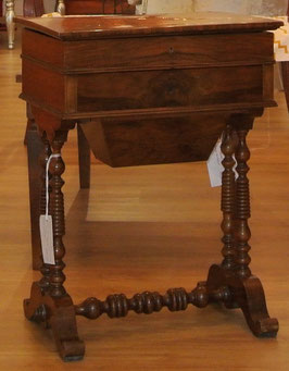Tavolino porta lavoro, Antiquariato