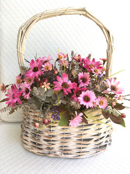 Rattankorb mit Blütenstrauss