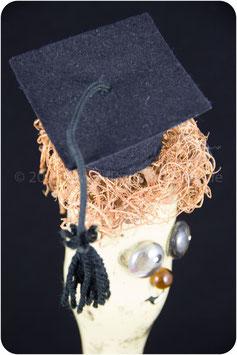Flaschenkopf mit College-Hut