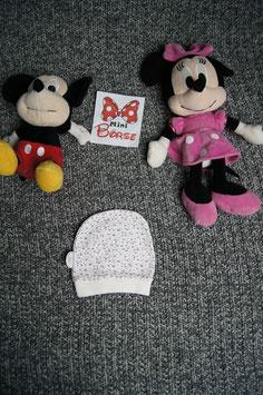 kleine weisse Mütze mit Muster, ca. 0-3 Monate