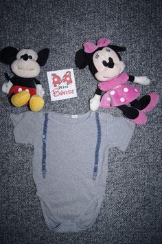 Body Gr. 86/92, grauer Body mit Hosenträger drauf, 2 Schulterdruckknöpfe und 3 unten