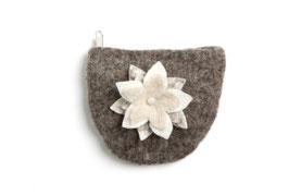 Toaletna torbica - rjava z belo rožico