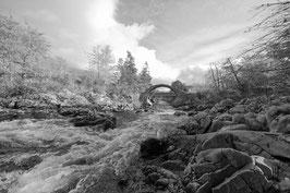reißender Fluss in schwarz-weiß