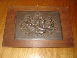 Plaque en fonte en bas relief scène romantique