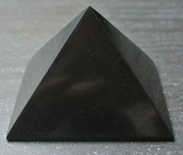 Schungit - Pyramide, ca. 6cm x 6cm, 130 Gramm schwer, poliert