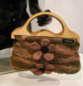 Tas bruin handgevilt met houten handvat en 2 bloem applicaties