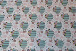 Heißluftballon in schönen Farben. Weiß mit Rosa Wolken