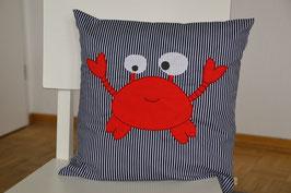 Kissenhülle, Besticktes Kissen mit roter Krabbe auf Marine/weiss gestreiften Baumwollstoff